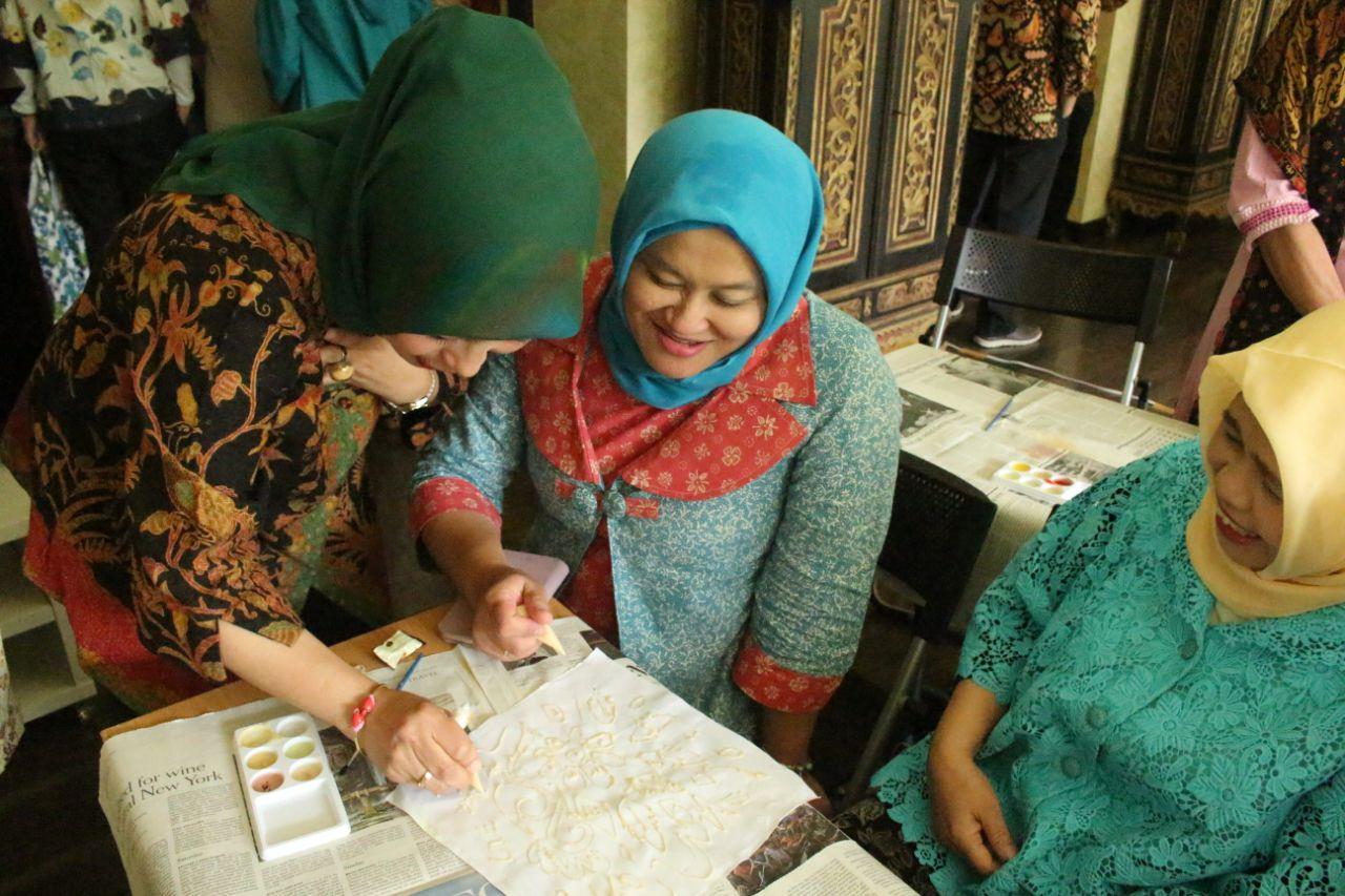 Ibu Dubes Senang, ARTLINC Gelar Workshop Batik Canting di KBRI Jepang