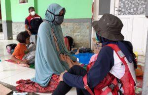 PMI berbincang kepada masyarakat terdampak gempa di Sulawesi Barat/Foto:Emil Estiawan- Staf Palang Merah Indonesia