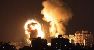 Penampakan ledakan akibat roket yang ditembakan oleh pasukan Israel ke Jalur Gaza pada Senin (10/5/2021) waktu setempat. Sedikitnya 20 orang tewas termasuk 9 anak-anak dan puluhan lainnya terluka akibat serangan tersebut. (Foto: AFP)
