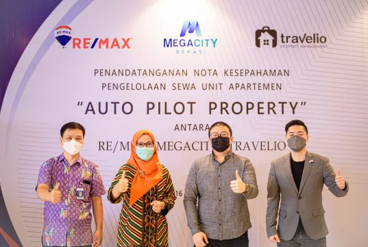 Ari Kho (Sales Manager MEGACITY), Ary Shita Widhiastuti (General Manager MEGACITY), Andre Bunardi (Lead Aquisition Manager, Travelio) dan Charlie Lim (GM REMAX Indonesia) berfoto bersama.   IST